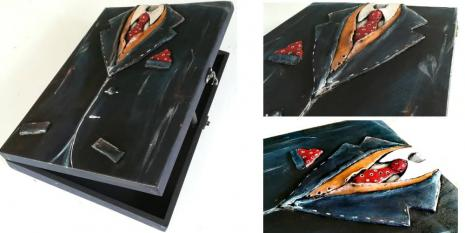 5.30μμ - 8.30μμ, Το Μπλε Σακάκι / Πηλός σε κουτί 25x35cm
